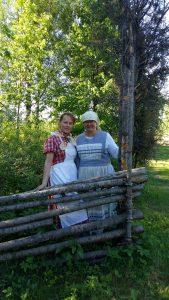 Isoäidin aikaan tapahtuman piikatytöt Liina ja Kyllikki ohjasivat lapsia vanhan ajan touhuihin.
