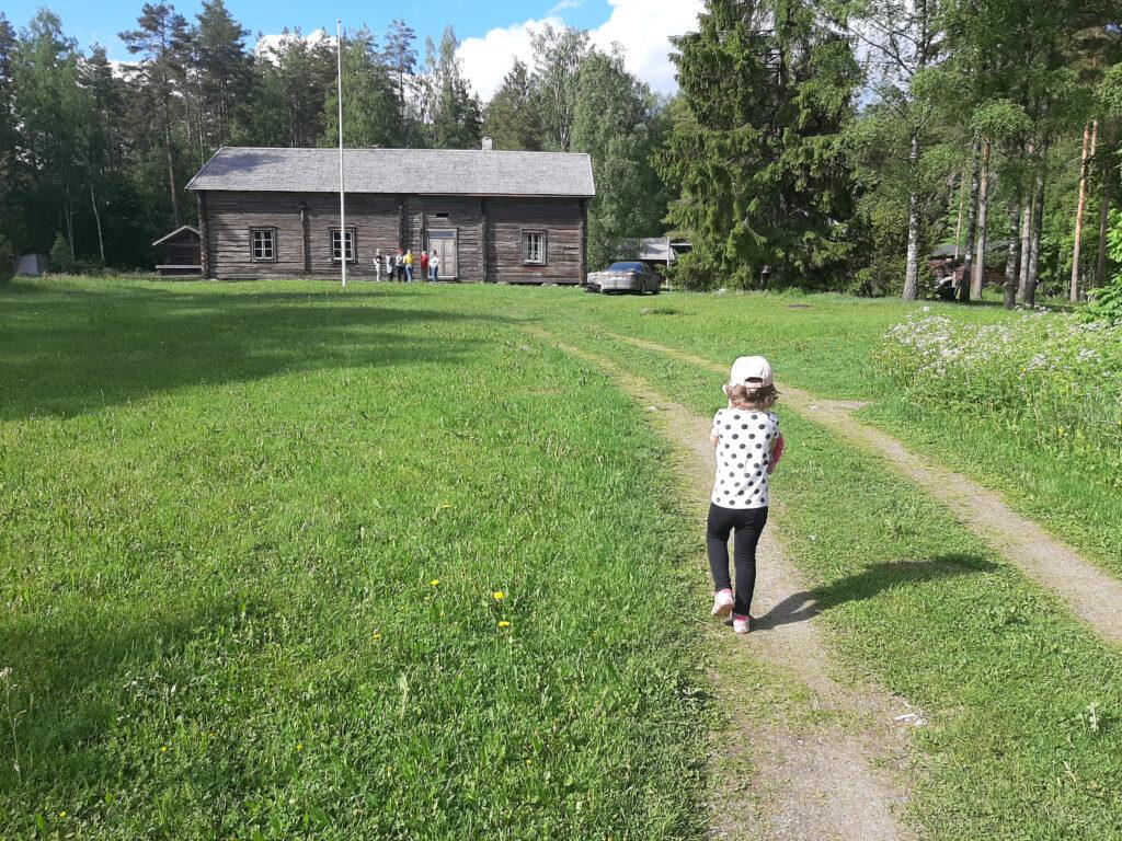 Nuorin testaaja taivaltaa kohti pelipaikkaa. Peli soveltui hyvin myös perheen pienimmille.
