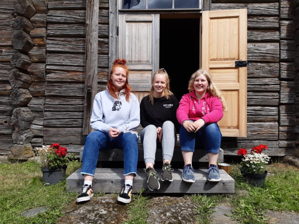 PakopelitJOutsa -yrittäjät: vasemmalta Ella Keihäsniemi, Odessa Meinander ja Nella Lintunen. Kuva Emma Ilmonen.